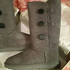 Uggs gray Bailey button